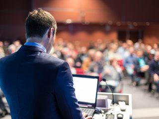 לנאום לפני קהל באירוע עסקי על במה